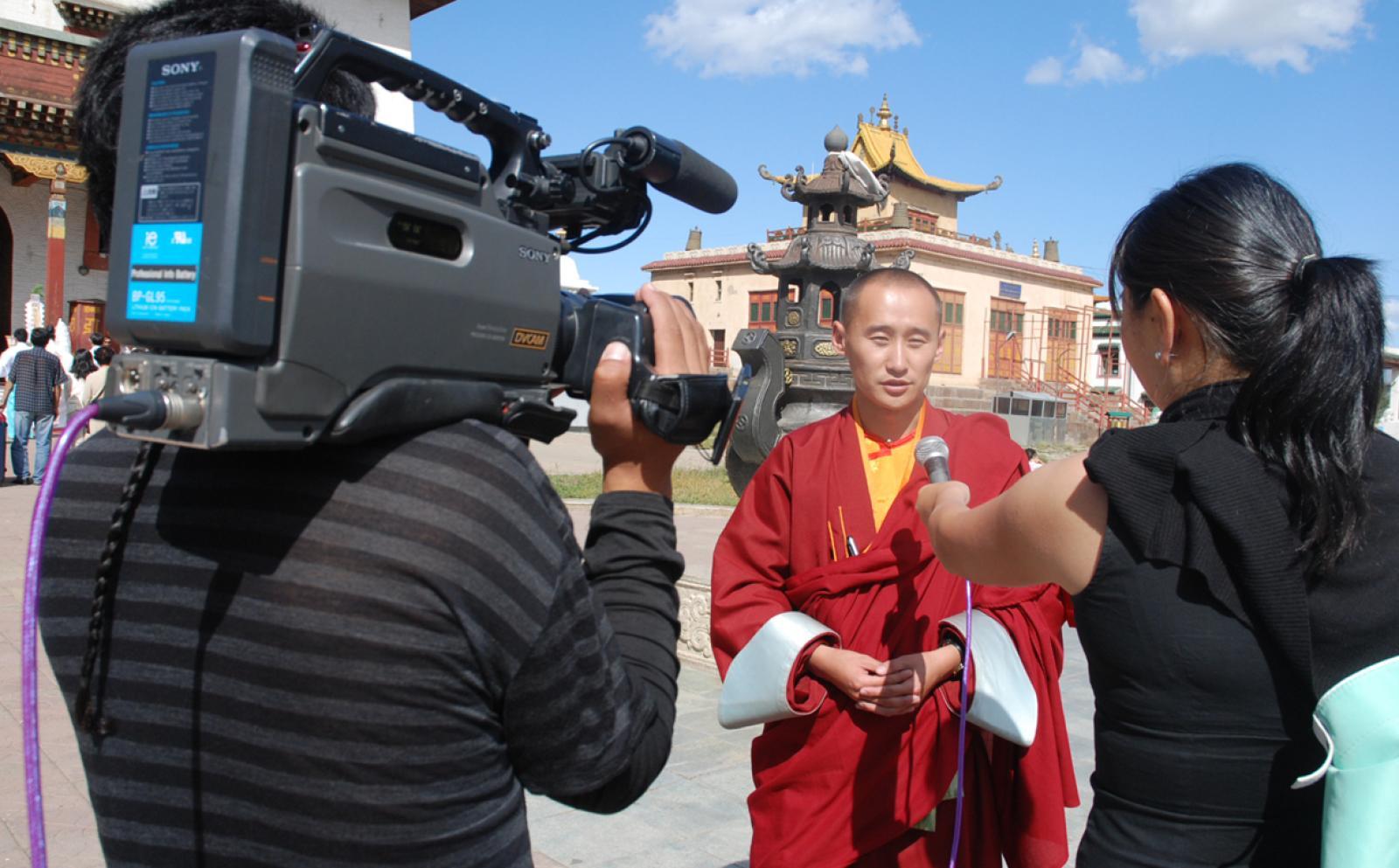 海外の現場でジャーナリストとして国際経験を積むインターンの様子